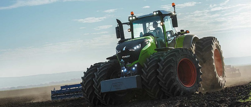 A Fendt tractor drives through a field.